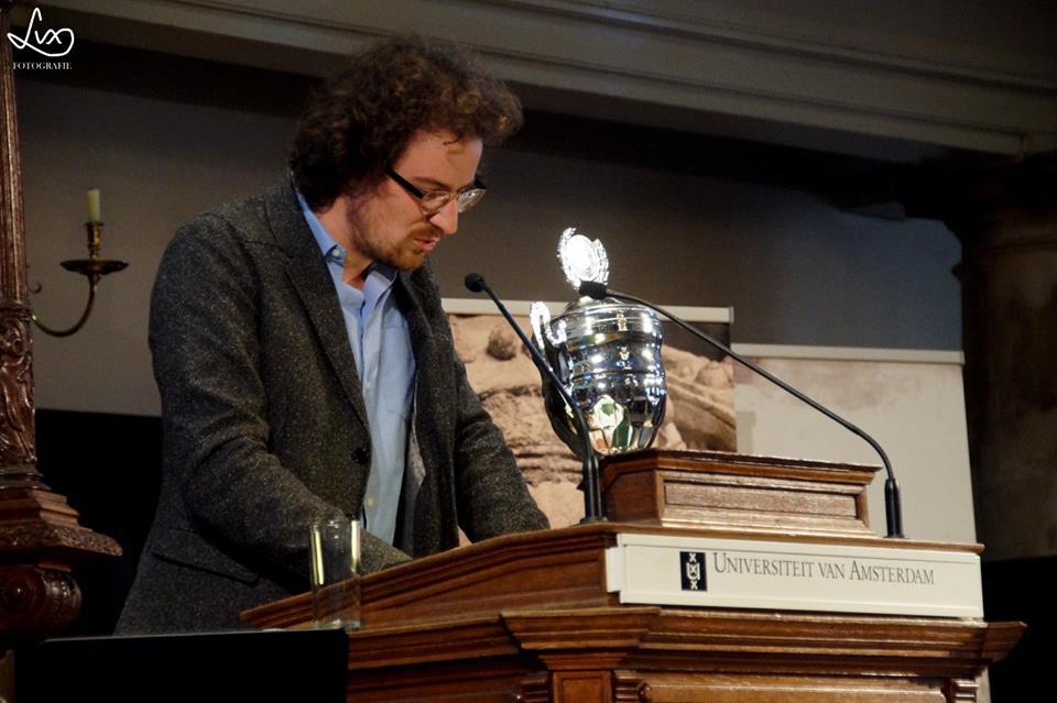 Namens Dr. Inger Kuin nam Raphael Hunsucker de prijs in ontvangst.